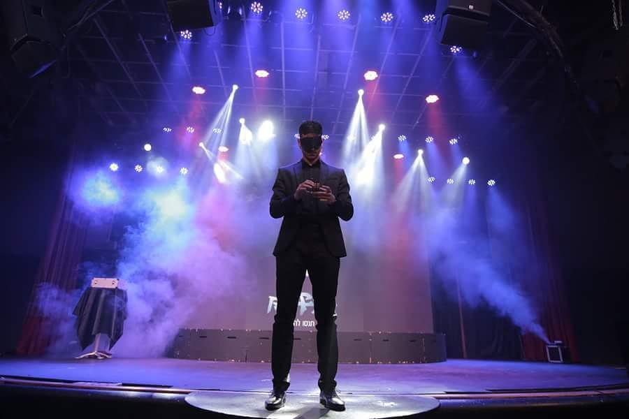איציק מרקו אמן חושים בהופעה על הבמה